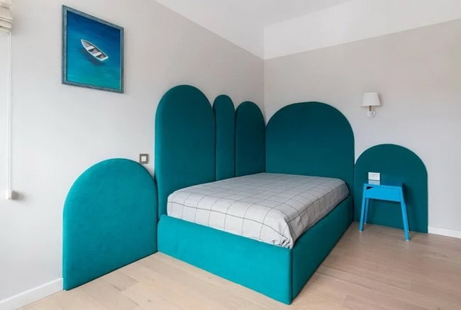 Dormitorio en azul, blanco y madera