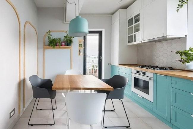 Muebles de cocina en azul y encimera de madera