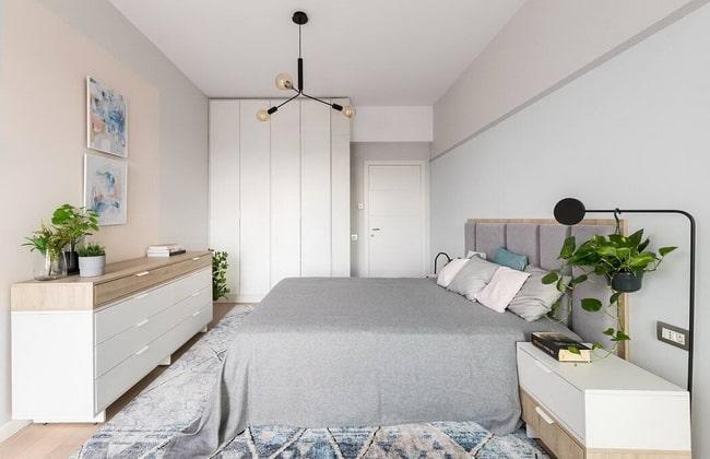 Dormitorio en blanco, madera, gris y detalles en azul