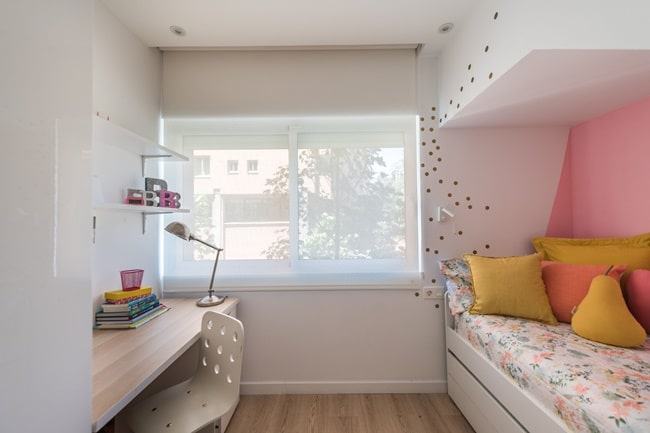 Dormitorio infantil con pared de acento en color rosa