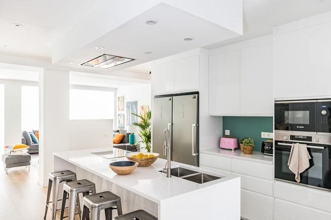 Gran cocina abierta en dúplex urbano