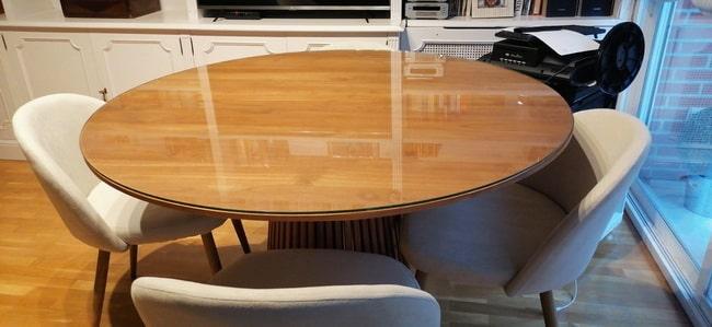 Cristal a la medida sobre una mesa redonda