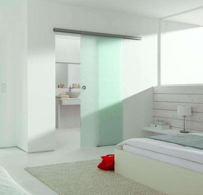 Baños en suites con puertas de corredera de cristal